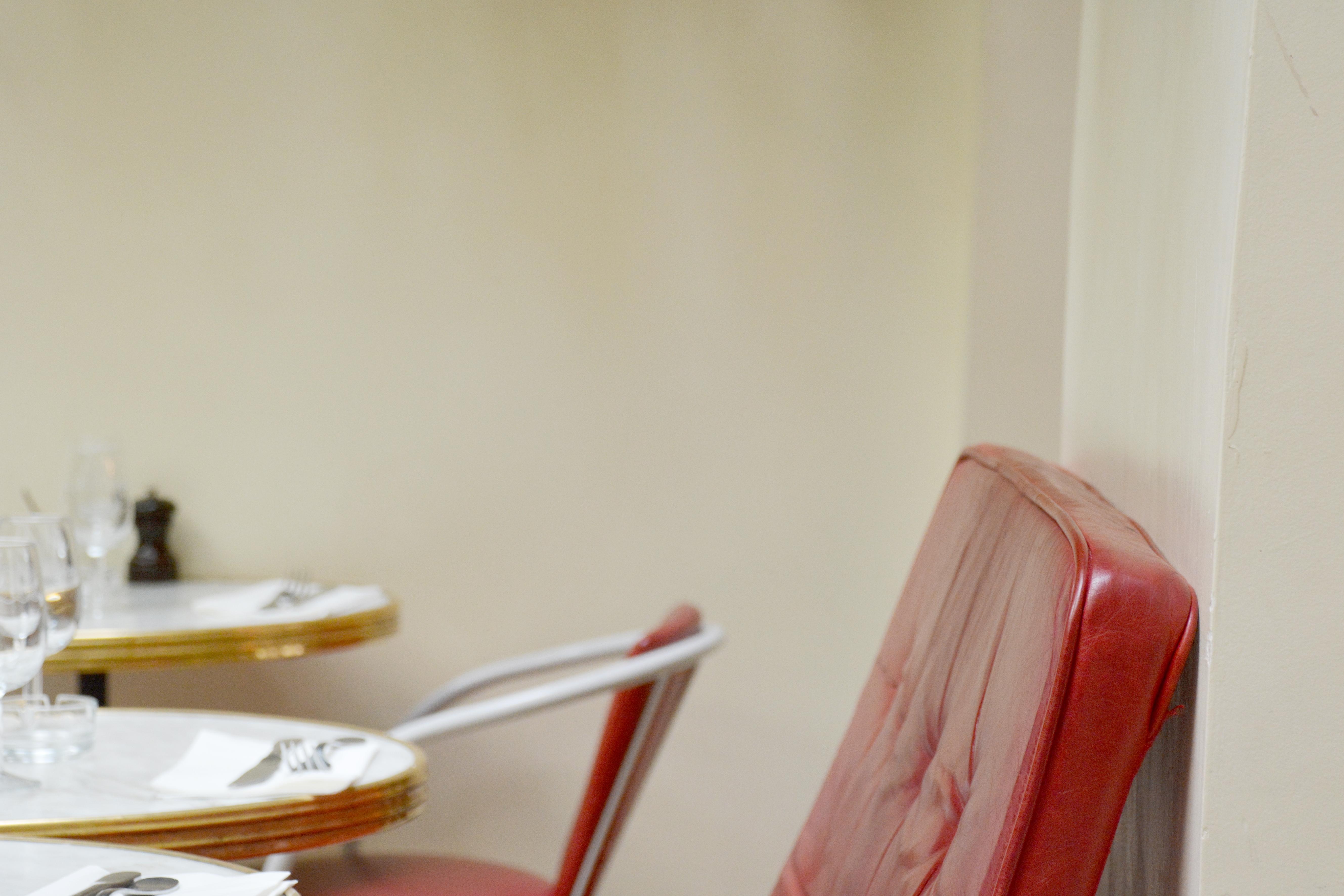 hotel amour un restaurant patio luxuriant le poly dre. Black Bedroom Furniture Sets. Home Design Ideas