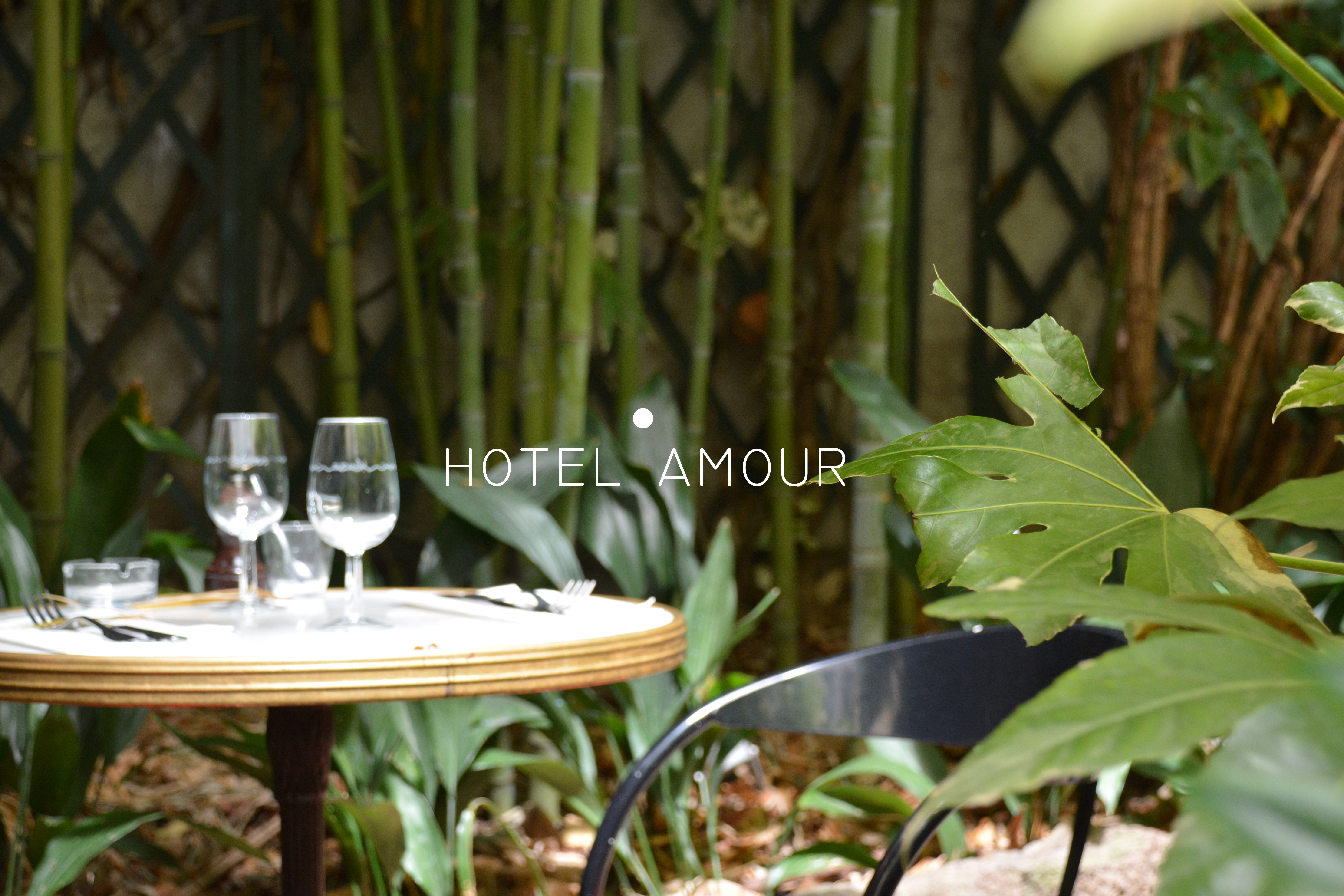 Hotel Amour Un Restaurant A Patio Luxuriantle Polyedre