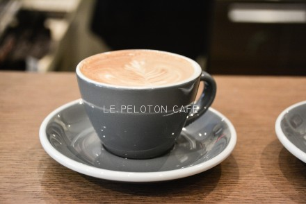 le-peloton-cafe-paris-by-le-polyedre_visuel