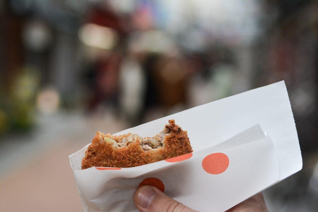 menchi kastu dans le quartier de Yanaka à Tokyo