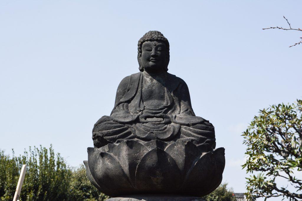 un bouddha situé dans un temple dans le quartier de Yanaka à Tokyo