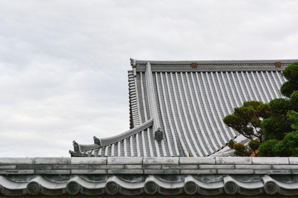 Toiture d'un temple dans le quartier de Yanaka à Tokyo