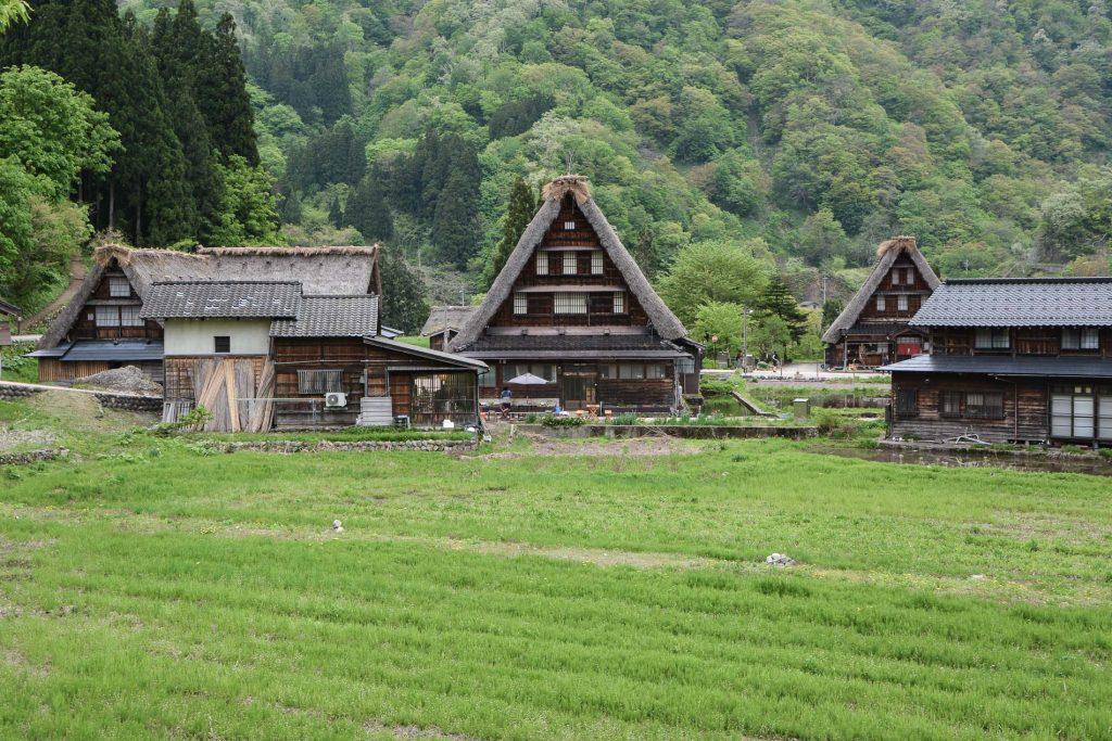 voyage dans le village Suganuma dans les Alpes Japonaises au Japon dans la région de Shirakawa-go