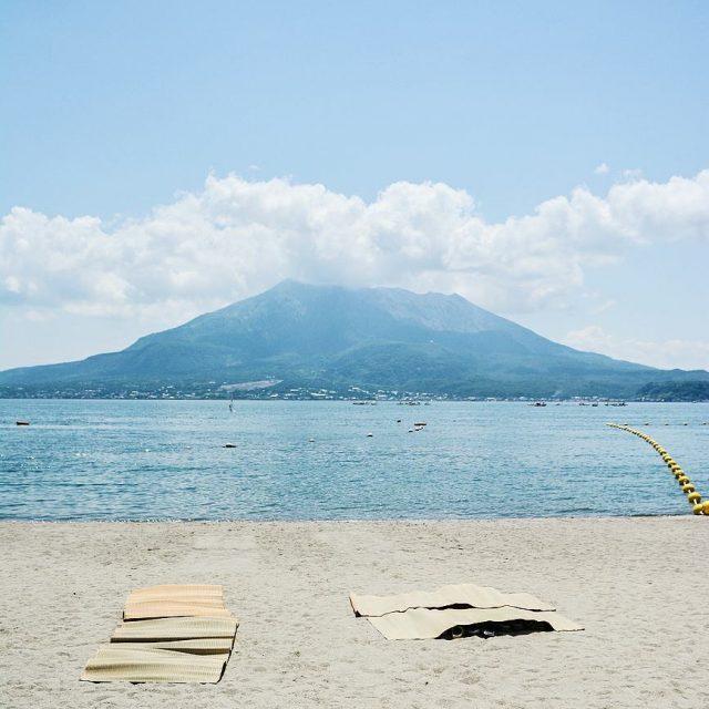 La ville de Kagoshima possde une plage avec une vuehellip