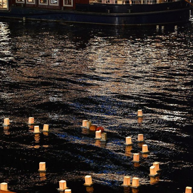 OBon au Japon est une fte bouddhiste honorant les anctreshellip