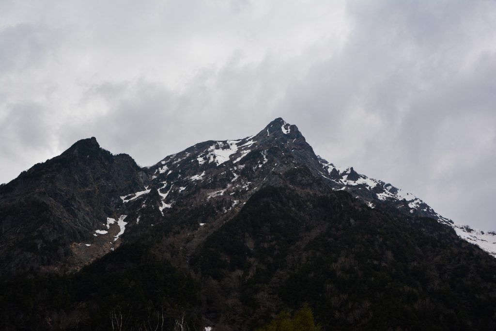 une randonnée dans la vallée de Kamikochi dans les alpes japonaises au Japon