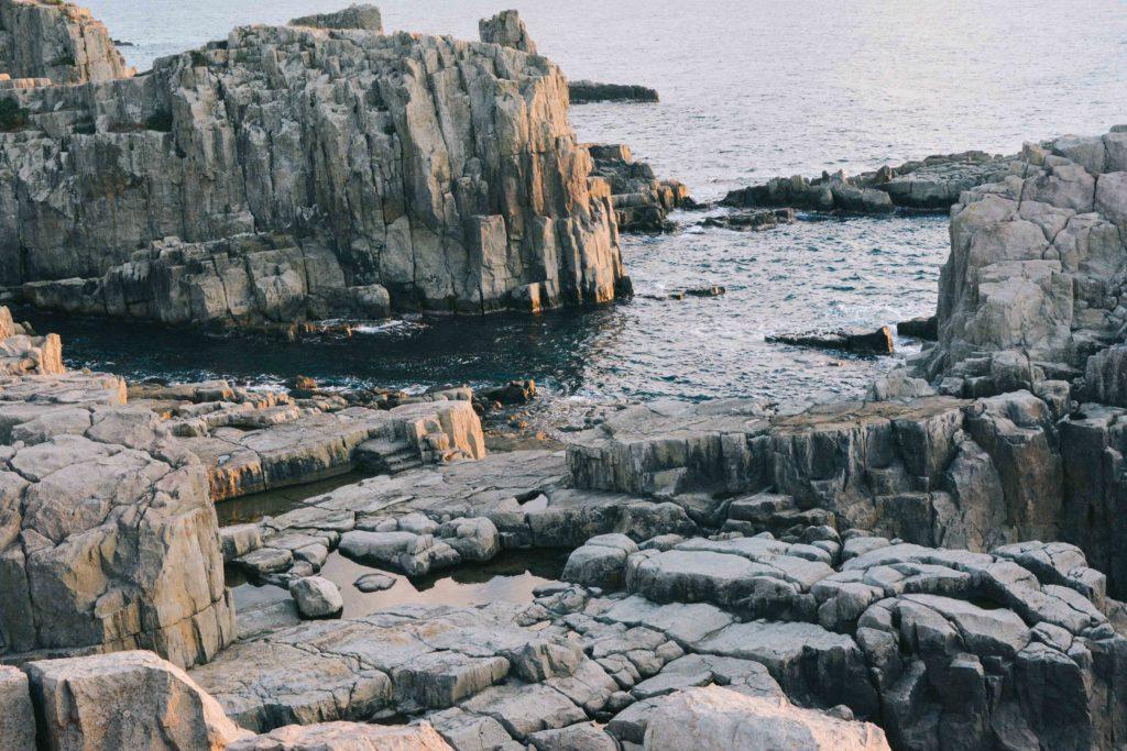 Tojinbo cliff, meilleur endroit pour observer le coucher du soleil dans la prefecture de Fukui lors d'un voyage au Japon